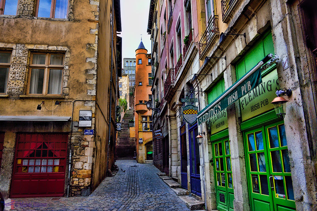 Many restaurants and pubs in the old town of Lyon